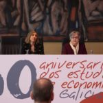 Emilia Vázquez y Carmen Guisán en la clausura del 50 aniversario de estudios de economía e empresa en Galicia.