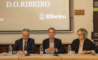 Presentación Premios Ribeiro Hostal Reis Católicos (Julio Castro, Juan Manuel Casares, Rosa Vilas) en Santiago